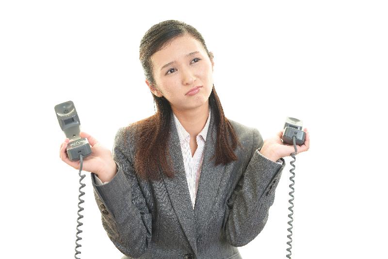 ネットショップ運営者が電話対応で困っている様子